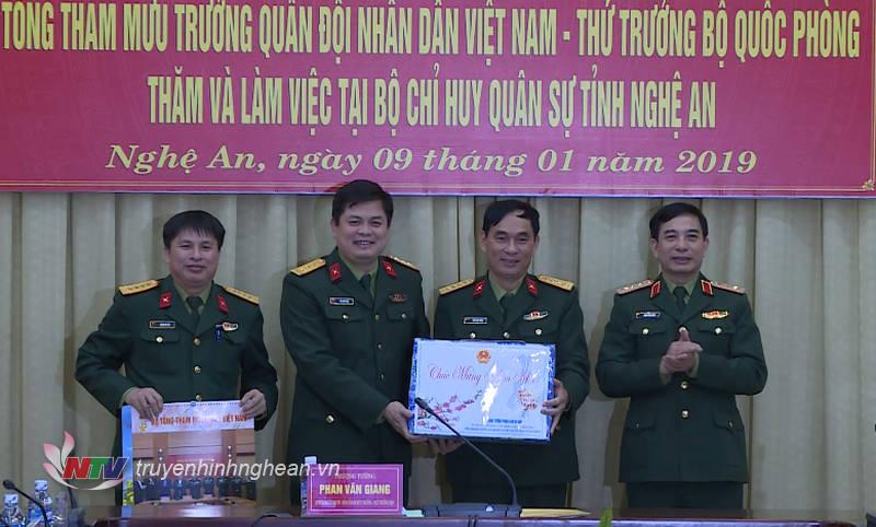Thượng tướng Phan Văn Giang tặng quà chúc mừng năm mới đến cán bộ, chiến sỹ Bộ Chỉ huy Quân sự tỉnh Nghệ An.