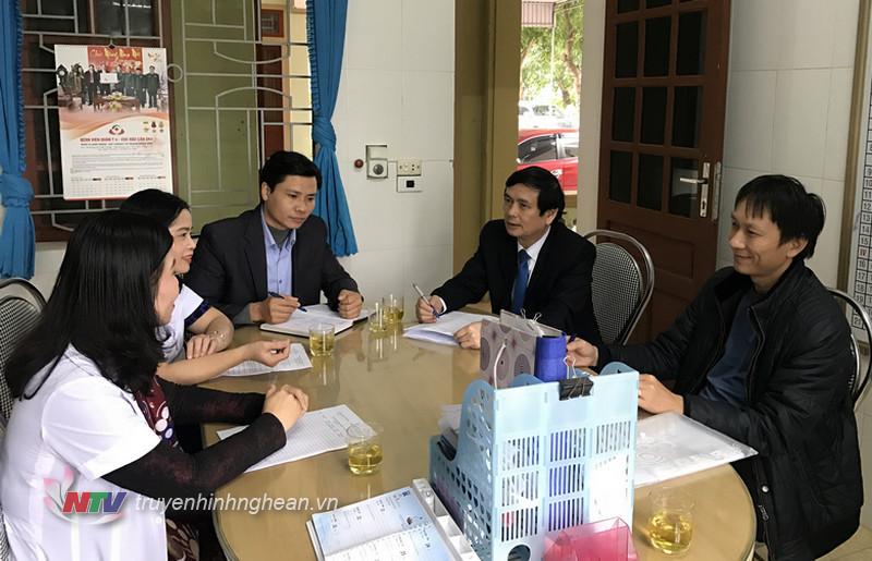 Đoàn giám sát của Trung tâm y tế tỉnh trao đổi với cán bộ y tế xã Hưng Lộc, TP Vinh.