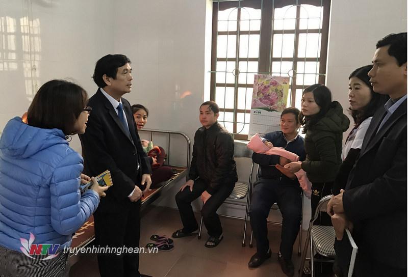 Cán bộ Trung tâm y tế dự phòng Nghệ An trao đổi với phụ huynh đưa con đi tiêm vắcxin.
