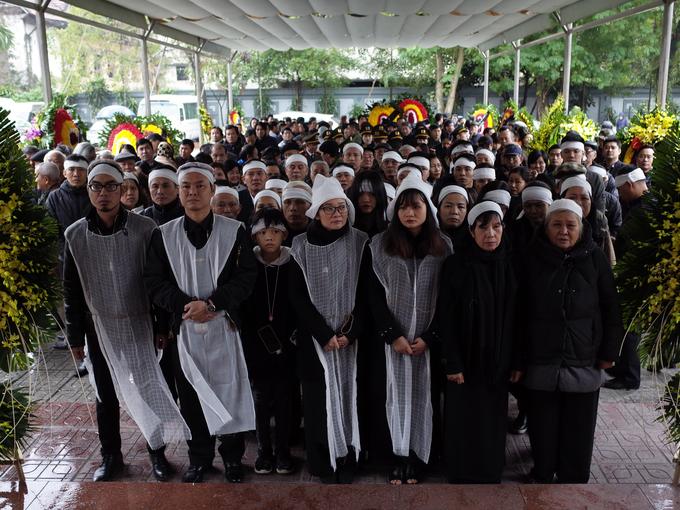 Rất đông bạn bè, người thân và các nghệ sĩ nổi tiếng đã đến viếng nhạc sĩ, nhà thơ Nguyễn Trọng Tạo vào trưa nay (9/1) tại Hà Nội. Trước đó, gia đình đã thực hiện Lễ nhập quan vào 8h30 ngày 9/1 tại Nhà tang lễ Bộ Quốc phòng.