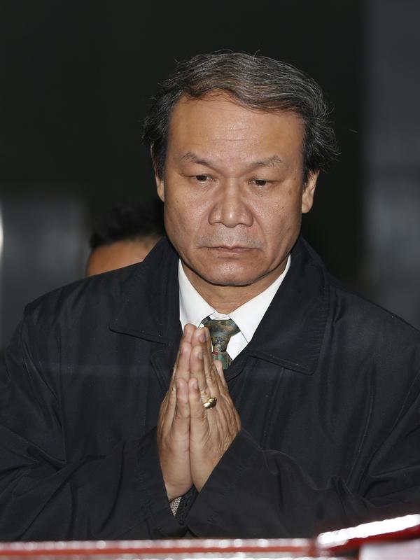 Diễn viên Nguyễn Hải trước linh cữu nhạc sĩ Nguyễn Trọng Tạo.