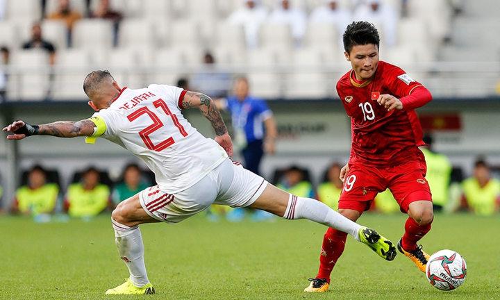 Việt Nam (áo đỏ) chưa lọt được vào nhóm có vé vớt, nhưng còn nhiều cơ hội nếu thắng Yemen ở lượt cuối. Ả