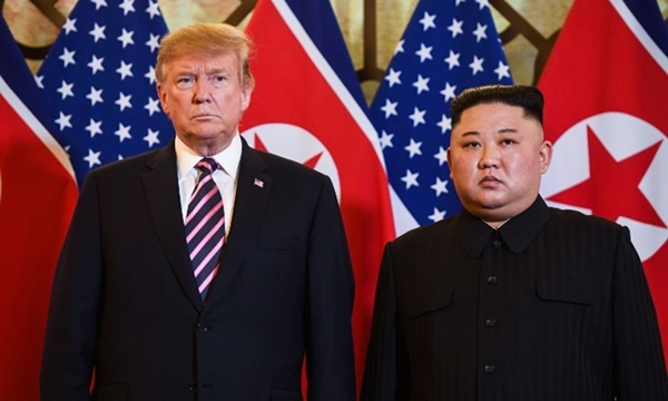 Tổng thống Mỹ Trump (trái) và Chủ tịch Triều Tiên Kim Jong-un trước khi dùng bữa tối tại Hà Nội ngày 27/2. Ảnh: AFP.