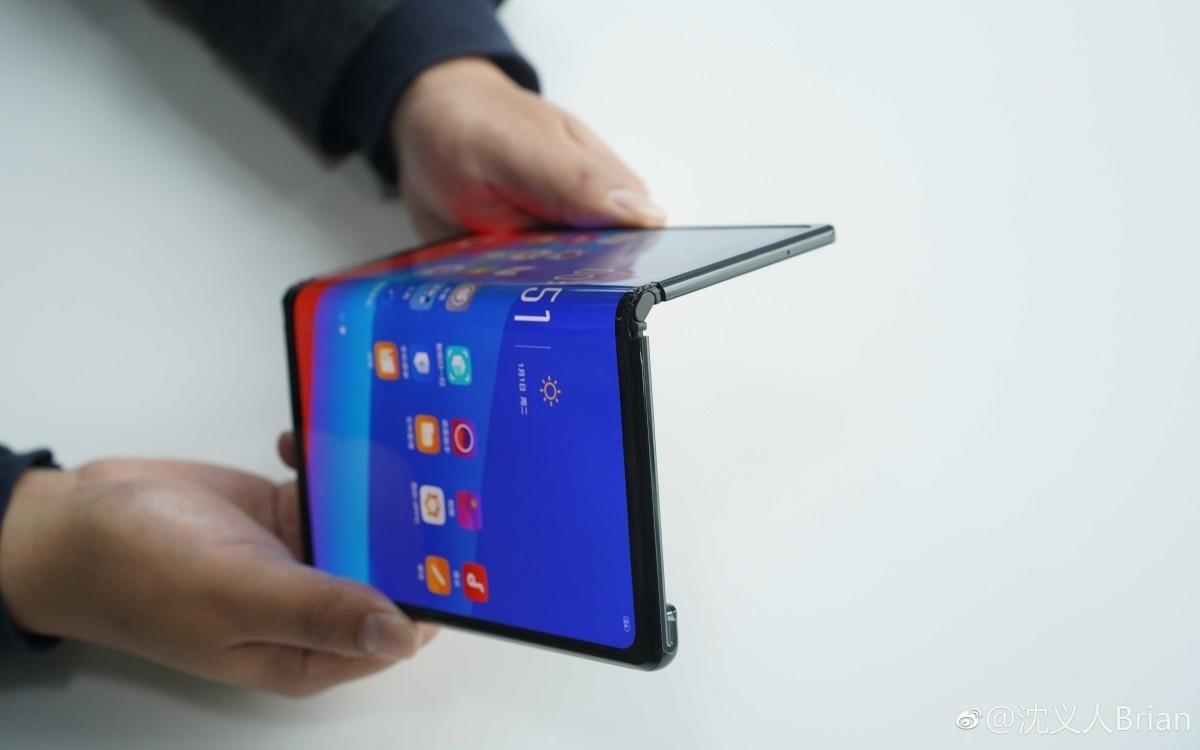 Điện thoại màn hình gập của Oppo  Sản phẩm của Oppo vẫn chỉ ở dạng nguyên mẫu thử nghiệm. Hãng chưa có ý định thương mại vì cho rằng thị trường chưa sẵn sàng đón nhận. Trong khi đó, Samsung và Huawei đều khẳng định sẽ bán thiết bị trong ít tháng nữa với giá xấp xỉ 2.000 USD.  Không có hai màn hình và gập ngược vào trong như Galaxy Fold, smartphone của Oppo chỉ có một màn hình lớn như Huawei Mate X. Nó có thể chuyển đổi từ máy tính bảng thành smartphone sau khi gập lại. Máy có thiết kế mỏng và một phần mặt lưng lồi lên để đặt camera kép. So với Mate X của Huawei, model của Oppo có màn hình rộng hơn nhưng viền lại dày hơn và được bo cong ở các góc.