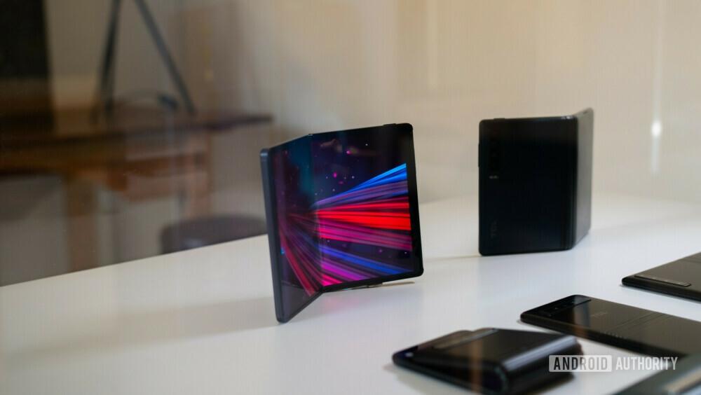"""Điện thoại và tablet gập của TCL  TCL mới chỉ trưng bày các nguyên mẫu smartphone và tablet màn hình gập tại triển lãm MWC 2019. Trong đó, mẫu tablet có thể gập lại để dùng như điện thoại thông thường. Với smartphone, màn hình khi gập có thể hoạt động như một đồng hồ thông minh.   Theo TCL, công nghệ DragonHinge của hãng sẽ giúp màn hình gập theo nhiều hướng khác nhau. Màn hình OLED trên các máy được cung cấp bởi nhà sản xuất """"cùng nhà"""" là CSOT."""
