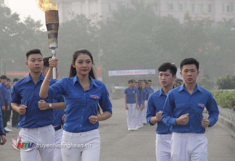 Ngọn lửa truyền thống được các đoàn viên thanh niên ưu tú rước từ Nhà thờ các liệt sỹ Xô Viết Nghệ Tĩnh về tới Quảng trường Hồ Chí Minh và tượng đài Bác.