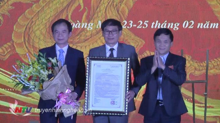 Lãnh đạo thị xã Hoàng Mai đón nhận quyết định công nhận đền Cờn là điểm du lịch Nghệ An 2019.