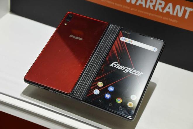 """Energizer PowerMax P8100S  Ngoài smartphone """"siêu pin"""" dung lượng tới 18.000 mAh, Energizer còn ra mắt một điện thoại gập là PowerMax P8100S với một màn hình 6 inch và một màn hình gập phía trong kích thước khi mở là 8,1 inch.   Máy có cấu hình tốt với chip xử lý Qualcomm Snapdragon 855, RAM 8 GB, bộ nhớ trong 256 GB, Smartphone này hỗ trợ mạng 5G, pin dung lượng 10.000 mAh và giá bán dưới 1.000 USD."""