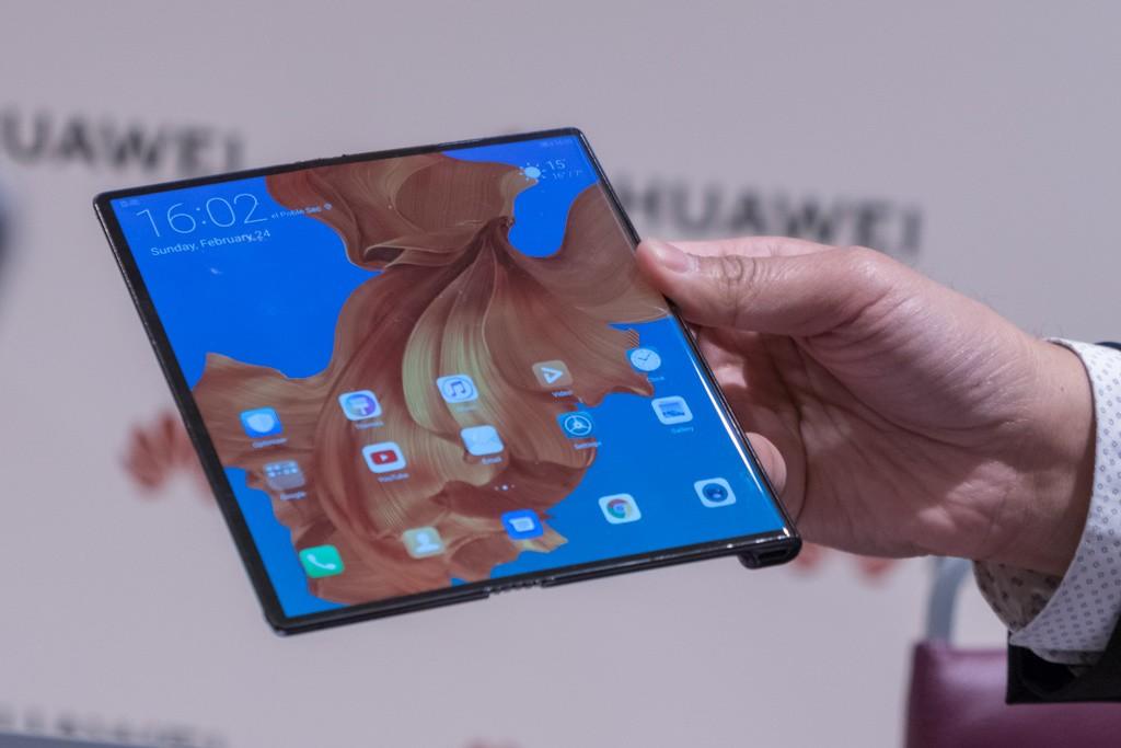 Huawei Mate X  Mate X là câu trả lời của Huawei chỉ một ngày sau khi Samsung giới thiệu smartphone màn hình gập đầu tiên. Máy có màn hình 8 inch gần vuông (tỷ lệ 8:7,1) khi được mở hoàn toàn, thiết kế báng cầm ở mặt lưng tương tự máy đọc sách Kindle Oasis. Lúc gập lại, Mate X sẽ gọn như một chiếc smartphone màn hình 6,6 inch ở mặt trước và mặt sau là 6,38 inch. Phần bản lề chứa cụm camera ba ống kính, anten và nhiều linh kiện điện tử khác. Viên pin hai cell được đặt hai bên màn hình với tổng dung lượng 4.500 mAh, hỗ trợ công nghệ sạc nhanh 55W cho phép nạp 85% pin trong 30 phút.