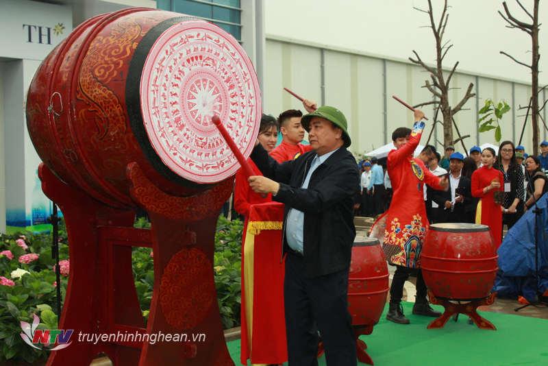 Thủ tướng Chính phủ Nguyễn Xuân Phúc đánh trống phát động Tết trồng cây đời đời nhớ ơn Bác Hồ.