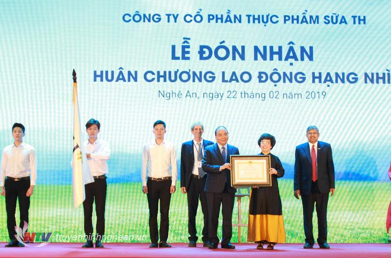  Thủ tướng Chính phủ Nguyễn Xuân Phúc trao Huân chương lao động hạng Nhì cho Công ty CP thực phẩm sữa TH.  