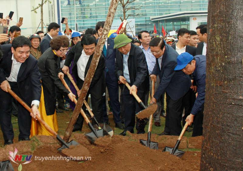 Các đại biểu trồng cây tại lễ phát động.
