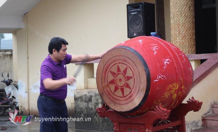Đồng chí  Vi Văn Sơn - Chủ tịch UBND huyện đánh trống khai mạc.
