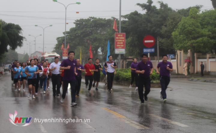 Các đại biểu và vận động viên tham gia chạy vì sức khỏe cộng đồng.