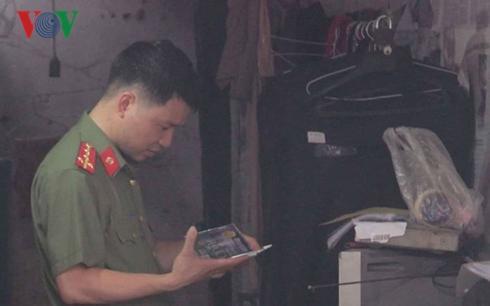 Công an khám căn nhà ông Nguyễn Khắc Tuấn thuê tại số 9 (tổ 21, phường Tân Thịnh, TP Hòa Bình, tỉnh Hòa Bình).