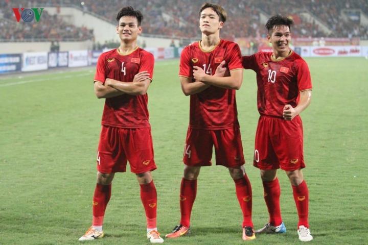 Bắt nguồn từ pha đi bóng khéo léo của Quang Hải bên hành lang trái, đội trưởng của U23 Việt Nam có pha chuyền bóng chính xác trước khi Hoàng Đức xoay người dứt điểm 1 chạm đẹp mắt, 2-0 nghiêng về U23 Việt Nam.