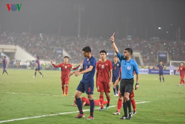 Khó khăn thêm chồng chất với U23 Thái Lan khi Supachai phải nhận thẻ đỏ sau pha đánh nguội với trung vệ Đình Trọng.