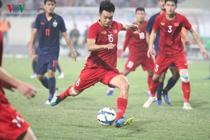 Chỉ sau 10 phút sau bàn thắng của Hoàng Đức, các CĐV của U23 Việt Nam tiếp tục được ăn mừng khi Thành Chung nới rộng khoảng cách lên 3-0 cho đoàn quân của HLV Park Hang Seo sau pha lộn xộn của trong vòng cấm.