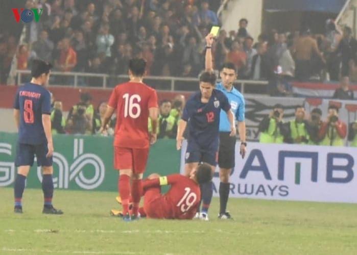 Điều đó khiến các cầu thủ bên phía đội bóng xứ sở Chùa Vàng không giữ được bình tĩnh và liên tục phạm lỗi với các cầu thủ đội chủ nhà.