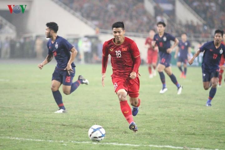 Xuất phát từ đường chuyền tinh tế của Đoàn Văn Hậu, tiền đạo số 18 phá bẫy việt vị trước khi anh có cú ra chân hiểm hóc, đánh bại thủ môn Nont, 1-0 nghiêng về thầy trò HLV Park Hang Seo.