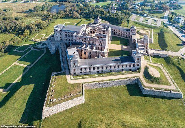 Lâu đài Krzyztopór ở Ba Lan, có một lịch sử rất ngắn. Nó có lẽ đã được hoàn thành vào năm 1644 nhưng các quân đội Thụy Điển đã chiếm giữ lâu đài trong cuộc xâm lược năm 1655-1657, gây ra nhiều thiệt hại đến mức chính quyền Ba Lan quyết định không được xây dựng lại. Trong khoảng một thế kỷ sau đó, một số gia đình quý tộc Ba Lan vẫn tiếp tục sống ở khu vực chưa bị phá của tòa lâu đài. Ngày nay, khoảng 90% các bức tường bên ngoài của lâu đài vẫn đứng vững, nhưng kiến trúc bên trong đã rơi vào tình trạng hoang tàn.