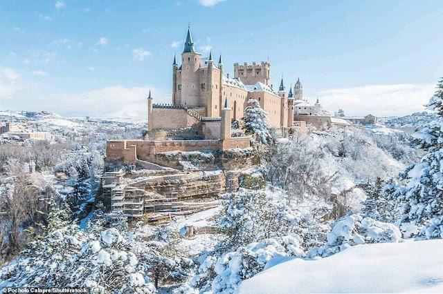 Kiến trúc của lâu đài Segovia là từ ý tưởng của các nhà nhà cai trị Kitô giáo của Castile ở Tây Ban Nha. Vua Alfonso VIII của Castile bắt đầu thay đổi nó thành cấu trúc đá vào khoảng năm 1200 và John II (1406-54) đã thêm vào một số đặc điểm như tòa tháp trong khi vua Philip II lại trang trí lâu đài với những ngọn tháp cao vào thế kỷ thứ 16.