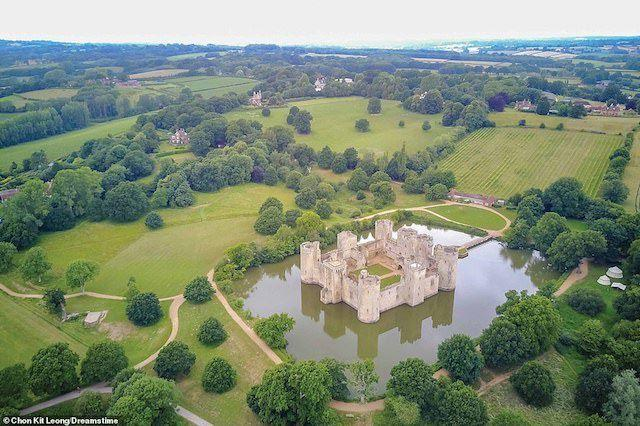Đức ông Edward Dalyngrigge khi trở về Anh vào năm 1385 sau một thời gian tham gia chiến đấu, ông đã nhận được giấy phép của hoàng gia để xây dựng lâu đài Bodiam tại quê hương East Sussex của ông.