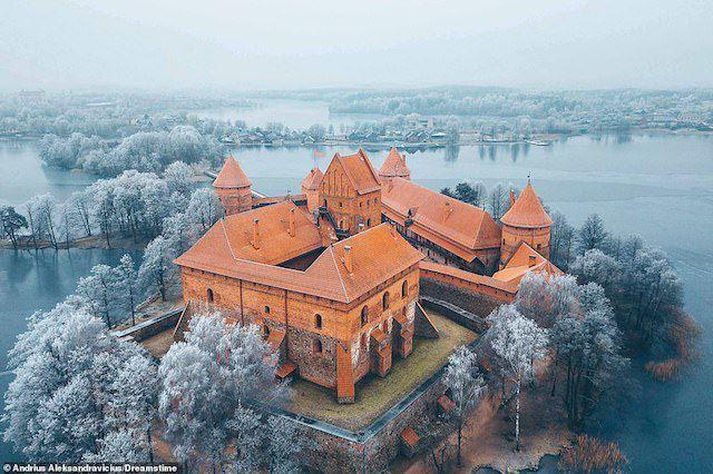 Công tước Kestutis bắt đầu xây dựng lâu đài Trakai trên một hòn đảo ở hồ Galve, Litva vào thế kỷ 14 như một trung tâm hành chính lớn. Lâu đài đã bị hư hại nặng nề trong một cuộc tấn công của các Hiệp sĩ Teutonic vào năm 1377. Trong một cuộc đình chiến, công tước đã mang theo bia đá của chính Dòng để xây dựng lại. Nó được xây bằng gạch đỏ, hiện nay kết nối với đất liền bằng một cây cầu gỗ. Tuy nhiên, trong thời gian là một trung tâm hoàng gia Litva, bạn chỉ có thể đi vào bằng thuyền.