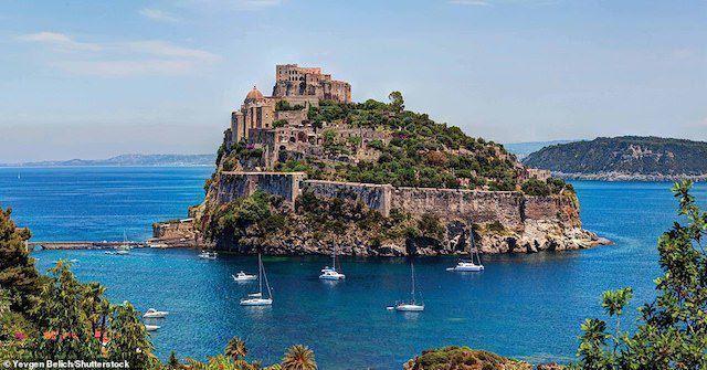 Được xây dựng lần đầu tiên vào năm 474 trước Công nguyên, lâu đài Castell Aragonese có nhiệm vụ bảo vệ vịnh Naples ngoài khơi nước Ý. Lâu đài hiện tại đã được vua Alfonso V của Aragon xây dựng lại vào năm 1441. Nó bị tàn phá nặng nề bởi pháo của thực dân Anh vào năm 1809 nhưng lại tiếp tục được phục dựng vào thế kỷ thứ 20.