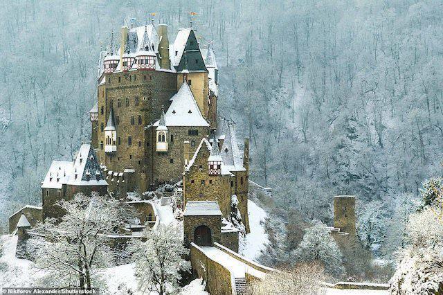 Nằm trên sông Moselle giữa Koblenz và Trier ở Đức, lâu đài Eltz thuộc sở hữu của gia đình Eltz từ thế kỷ thứ 12. Eltz nằm trên một đỉnh núi đá, được bảo vệ bởi sông Elzbach, bao quanh nó ở ba phía . Trong một cuộc bao vây kéo dài hai năm vào năm 1330, phòng thủ bên ngoài của Eltz đã bị phá hủy, để lại lâu đài như một nơi ở đơn giản và kiên cố.