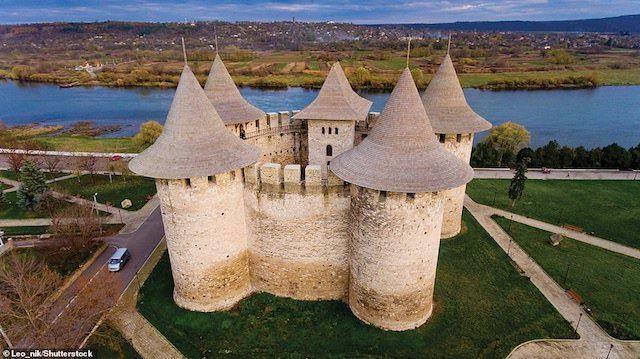 Lâu đài ở Soroca, Moldova, được xây dựng theo lệnh của Hoàng tử Stephen của vào năm 1499. Đây là một trong những lâu đài được xây dựng dọc theo sông Dnieper để bảo vệ biên giới Moldavia và Ukraine. Vào cuối thế kỷ 17, lực lượng Ba Lan-Litva của Jan Sobieski đã bảo vệ thành công Soroca khỏi một cuộc tấn công của Ottoman. Các nhà sử học suy đoán rằng hoàng tử Stephen xứ Moldavia đã đưa các kiến trúc sư Tây Âu đến thiết kế lâu đài của mình vì lâu đài có kiến trúc phương Tây thời trung cổ, với những bức tường cong và tháp tròn bên ngoài, có khả năng chống lại pháo tốt hơn so với các kiểu pháo đài cũ. Lâu đài vẫn còn có tầm quan trọng về quân sự trong các chiến dịch của Peter Đại đế vào đầu thế kỷ 18