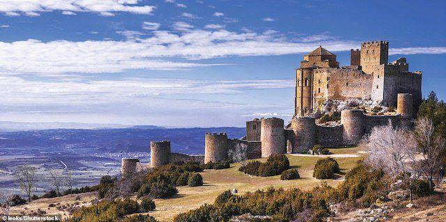 Một trong những lâu đài lâu đời nhất của Tây Ban Nha, Loarre ở Huesca đã được dựng lên trong giai đoạn từ khoảng năm 1020 đến đầu thế kỷ 12 để hỗ trợ cho những bước đầu của cuộc tái chiếm Kitô giáo trên Bán đảo Iberia.