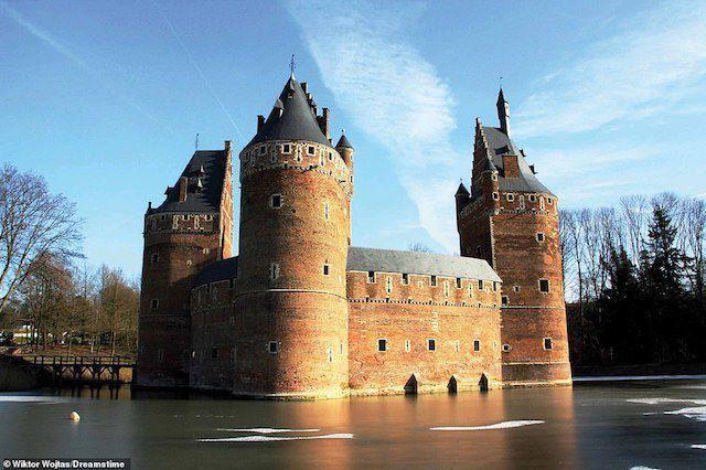Xây dựng từ năm 1300 đến 1310 để bảo vệ Brussels, hào nước rộng lớn của lâu đài Beersel bù đắp cho việc thiếu độ cao. Nó bị bao vây trong thế kỷ 14 và 15, tuy nhiên các thiệt hại đều được nhanh chóng khắc phục. Lâu đài có một nhà máy sản xuất bông hoạt động trong gần một thế kỷ trước khi được chuyển đổi thành một địa điểm du lịch