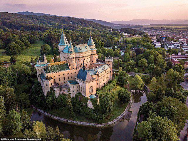 Được nhắc đến lần đầu tiên trong một tài liệu năm 1013, lâu đài Bojnice ở Slovakia có chút gì đó giống với pháo đài nhỏ bằng gỗ của thế kỷ 11. Lâu đài dần dần được xây dựng lại bằng đá, và vào thế kỷ 16 đã được chuyển thành một lâu đài thời Phục hưng. Sau khi trở thành sở hữu của bá tước János Ferenc Pálffy trong khoảng thời gian từ 1888 đến 1910, Bojnice mang trong mình vẻ cổ tích lãng mạn đầy quyến rũ.