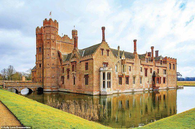 Ngài Edmund Bedingfeld bắt đầu xây dựng Oxburgh Hall ở Norfolk vào khoảng năm 1482. Đến nay, lâu đài vẫn thuộc sở hữu của gia đình Bedingfeld, mặc dù dưới quản lý của National Trust.