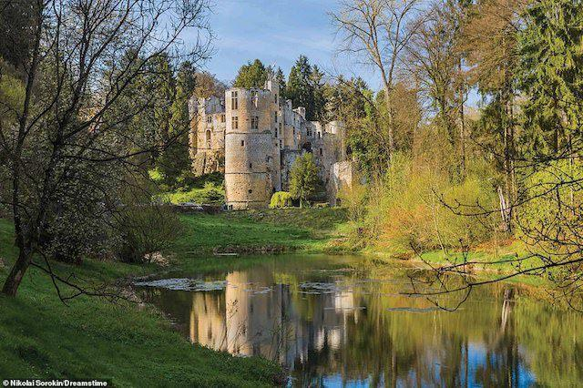 Lâu đài Beaufort ở Luxembourg bắt đầu xây dựng vào đầu thế kỷ 11. Thiết kế ban đầu chỉ là một tòa nhà nhỏ bằng đá bao quanh bởi một con hào. Nhưng nó dần dần được bổ sung thêm các kiến trúc mới trong những thế kỷ tiếp theo. Vào thời kỳ cách mạng Pháp năm 1789 – 1799, tòa lâu đài bị bỏ hoang và thậm chí nó còn bị sử dụng như một mỏ đá. Tuy nhiên, đến năm 1893, người chủ sở hữu của nó đã quyết định cải tạo và năm 1928 lâu đài được mở cửa cho công chúng thăm quan.