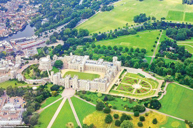 Lâu đài Windsor được xây dựng lần đầu vào thế kỷ thứ 11 sau cuộc xâm lược của người Anh ở Norman nhằm bảo vệ sự thống trị của người Norman mới trên thượng nguồn sông Thames. Nó được mở rộng và cải tạo nhiều lần trong nhiều thế kỷ. Với sự phục hồi của chế độ quân chủ vào năm 1660, vua Charles II đã xây dựng lại phần lớn lâu đài với dáng vẻ tồn tại cho đến ngày nay. Mặc dù vẫn là nơi ở của Nữ hoàng, nhưng hiện nay, một phần của Windsor đã được mở cửa cho công chúng thăm quan. Đám cưới của Hoàng tử Harry với công nương Meghan Markle đã diễn ra tại Nhà nguyện St George's tại Windsor trong năm 2018