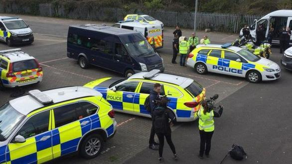 Chiếc xe chở khách cỡ trung bị xe cảnh sát bao vây tứ bề - Ảnh chụp màn hình