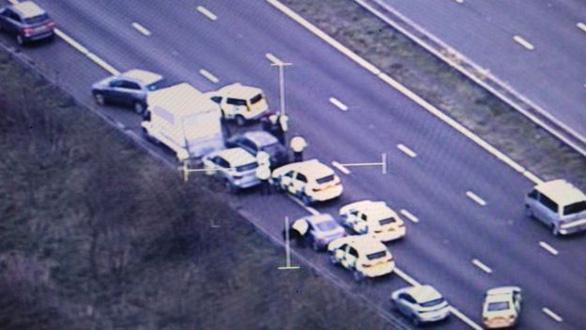 Một chiếc ôtô khác cũng bị cảnh sát bao vây và ép vào lề - Ảnh: Cảnh sát Devon và Cornwall