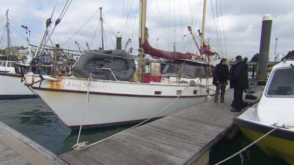 Cảnh sát xem xét cảng cá Newlyn - Ảnh chụp màn hình