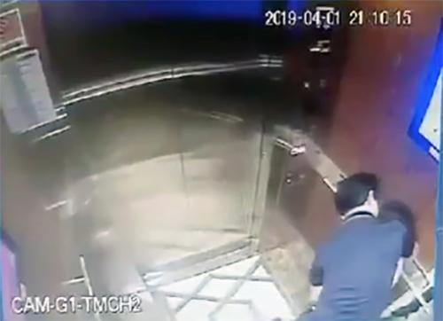 Hình ảnh ông Linh trong thang máy ở chung cư Galaxy 9,  TP HCM.
