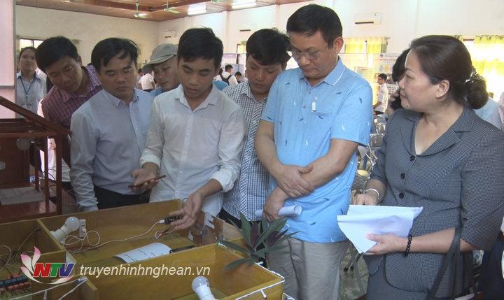 Các đại biểu xem các mô hình dự thi.