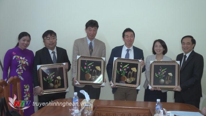 Lãnh đạo Sở Lao động, Thương binh và Xã hội tặng quà lưu niệm cho các thành viên đoàn công tác.