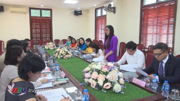 Đại diện Ban giám hiệu trường THPT Chuyên Phan Bội châu tiếp đoàn đại sứ Nhật Bản.