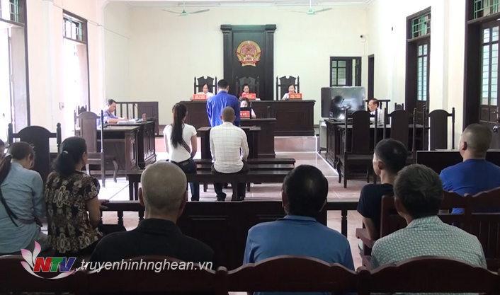 Phiên tòa xét xử vụ người bố ném con từ mái nhà hồi tháng 11/2018.
