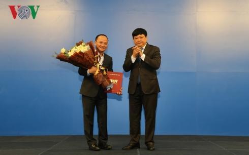 Ủy viên Trung ương Đảng, Tổng Giám đốc Đài Tiếng nói Việt Nam (bên phải) trao quyết định bổ nhiệm ông Trần Đức Thành làm Giám đốc Đài Truyền hình KTS VTC.