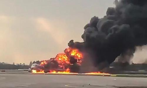 Chiếc Superjet bốc cháy trên đường băng hôm 5/5. Ảnh: TASS.