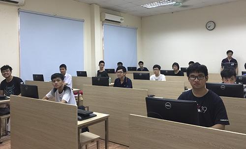 Các thí sinh Việt Nam thi trực tuyến tại Đại học Công nghệ hôm 19/5. Ảnh: BTC