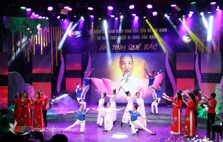 ca khúc Tuổi trẻ thế hệ Bác Hồ và Bài ca Hồ Chí Minh đã vừa khép lại chương trình Giao lưu nghệ thuật Ấm tình quê Bác