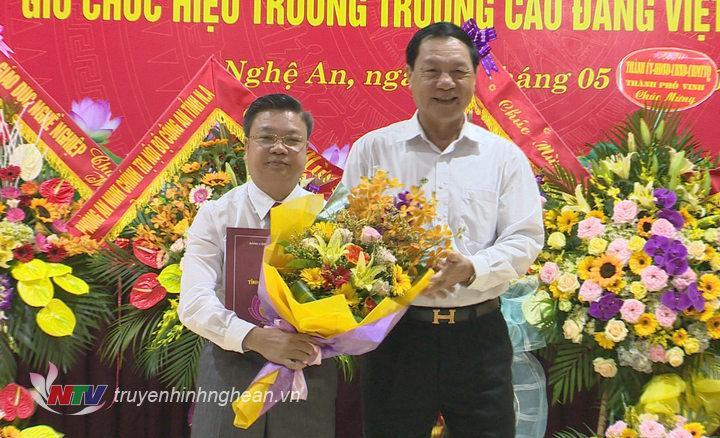 Phó chủ tịch UBND tỉnh Lê Minh Thông trao quyết định và tăng hoa tân Hiệu trưởng trường Cao đẳng Việt Đức.